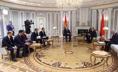 Lukashenka (keskellä) ja Fasel keskustelivat tiistaina Valko-Venäjän MM-kisojen tilanteesta.