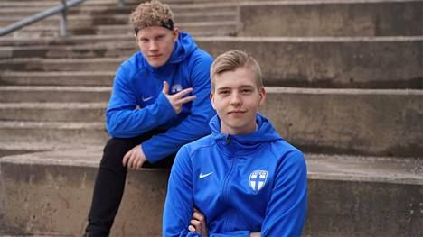 """Fifa-pelaajat Jesse """"Kossu72"""" Kosamo (takana) ja Joona """"Krompe"""" Vaajala kuuluvat Suomen e-jalkapallojoukkueeseen."""