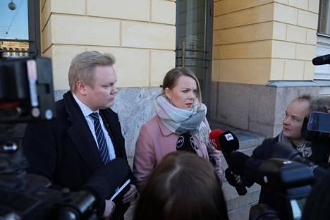 Valtioneuvoston linnan pihalla Antti Kurvinen ja Katri Kulmuni Antti Rinteen tapaamisen jälkeen.