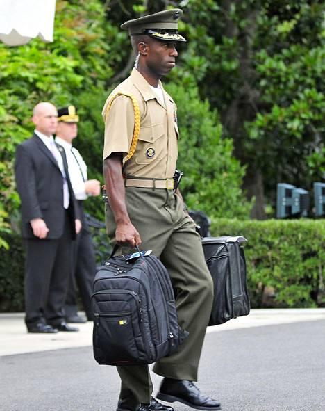 Yhdysvaltain presidenttiä seuraa lakkaamatta upseeri, joka huolehtii ydinaseiden laukaisuun tarvittavasta salkusta. Kuvassa yksi presidentti Barack Obaman salkunkantajista.