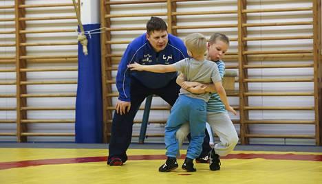 Olympiakomitean kamppailulajien lajiryhmävastaava Pasi Sarkkinen on ollut uudistamassa lasten harjoittelua Jyväskylässä.