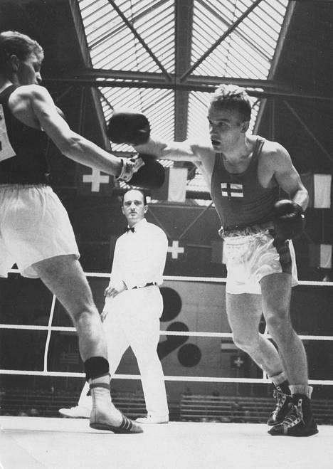 Olli Mäki ottelemassa Luzernin amatöörien EM-kisoissa Länsi-Saksan Horst Herperiä vastaan 1959.