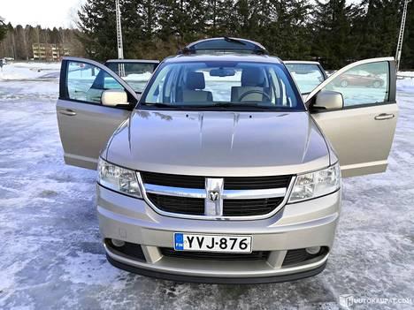 """""""Suosittelen auton myymistä Huutokaupat.comissa, koska itse todellakin sain paremman hinnan kuin mitä autoliike olisi hyvittänyt vaihdossa"""", kertoo vuoden 2008 Dodge Jorneyn huutokaupannut Mari S. Kouvolasta."""
