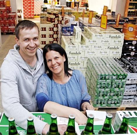 Meelis Reiljan ja Inga Busch kertovat, että suurin osa Valkan myymälän asiakkaista on virolaisia, mutta suomalaisten osuus on kasvanut.