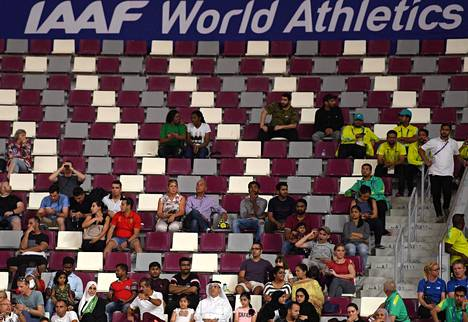 Kuvat kertoivat karua kieltä Dohan MM-kisojen perjantain yleisömäärästä.