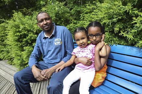 Mustafa Fahmi leikkipuistossa tytärtensä Talan ja Saman kanssa. Perheessä on kolme lasta.