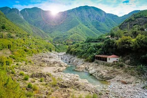 Albanian maaseutu on kaunista. Maa on edullinen matkakohde.