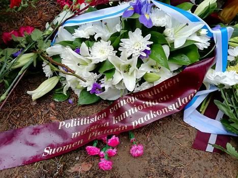 Suomen Pietarin pääkonsulaatin kukkaseppele oli omistettu poliittisten vainojen uhreille.