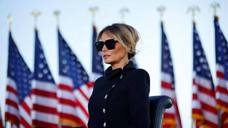 Melania Trump seurasi presidentin virasta väistyvän aviomiehensä jäähyväispuhetta Andrewsin lentotukikohdassa Marylandissa tammikuun lopulla.