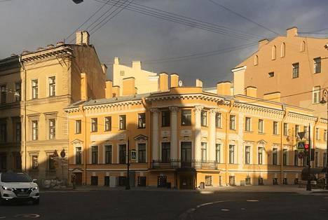 Vasta julkisivuremontoitu 1800-luvun alun talo Pietarissa.