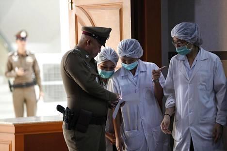 Sairaalan henkilökuntaa ja thaimaalainen poliisi Chiang Rain sairaalalla.
