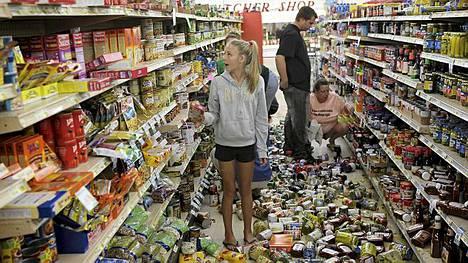 Vapaaehtoiset järjestelivät kaupan hyllyjä maanjäristyksen jälkeen keskiviikkona.