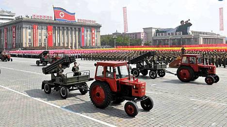 Komea näky: työläisten ja talonpoikien punakaartien ohimarssi maanantaina Pjongjangissa.