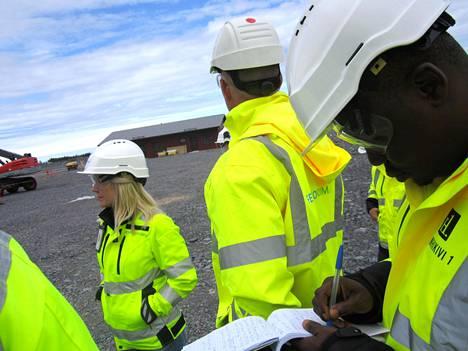 Fennovoiman ydintekniikka-asiantuntija Minttu Hietamäki ja kehityspäällikkö Juha Miikkulainen esittelivät viime viikolla nigerialaiselle ympäristöaktivistille Philip Jakporille Pyhäjoen ydinvoimalatyömaata.