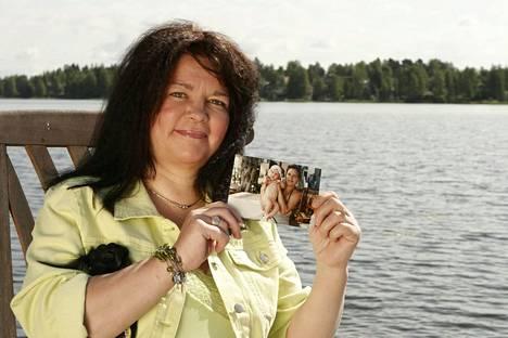 Mervi Tapola huomauttaa, että hänestä nähdään julkisuudessa usein kuvia, joissa hänen kasvonsa ovat mustelmilla tai haavoilla. Kuvassa Mervi vuonna 2005, puhelimesta hän esittelee nuoruudenkuvaansa.