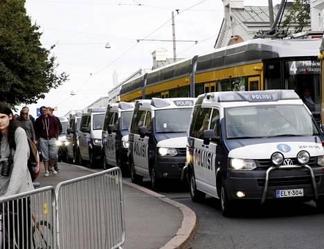 Poliisiautot seurasivat presidenttejä.