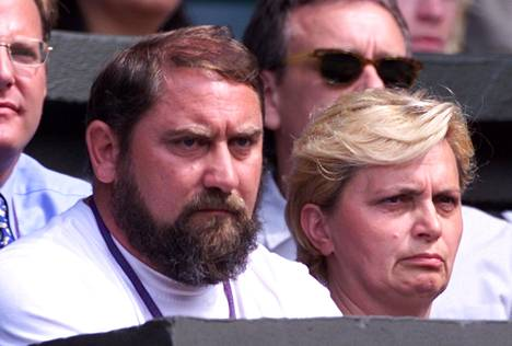 Damir Dokic tarkkailemassa tyttärensä Jelenan peliesitystä Wimbledonissa vuonna 2000.