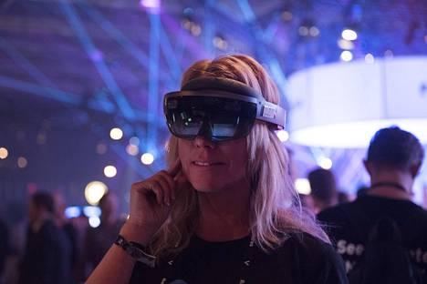 Microsoftin Mari Alho esitteli virtuaalilaseja.