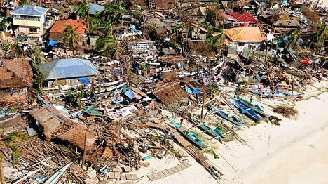 Paljoa ei ollut jäljellä Baladianin rannikon asumuksista Filippiineillä myrskyn iskemisen jälkeen.
