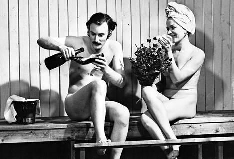 Nuori ja salskea Neil Hardwick nakuna lauteilla Löylyä!-ohjelmassa. Se oli Montreux'ssa ehdolla palkinnoille, mutta eteläeurooppalaiset kauhistelivat liiallista alastomuutta. Toisen löylyttelijän nimi on jäänyt unholaan.
