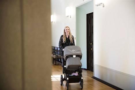 Sofia Virta saapui huhtikuussa eduskuntatalolle vauvansa kanssa.