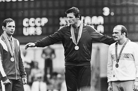 Mikko Huhtala (oik.) otti kreikkalais-roomalaisessa painissa 74-kiloisten pronssia. Vasemmalla hopeamitalisti, Neuvostoliiton Anatoly Bykov ja keskellä voittaja, Unkarin Ferenc Kocsis.