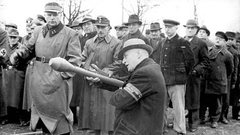 """Natsihallinto julisti Berliinin """"puolustusvyöhykkeeksi"""" helmikuun alussa 1945. Nämä Volksturm-kansanmiliisin miehet saivat panssarinyrkkikoulutusta kaupungissa huhtikuun alussa."""