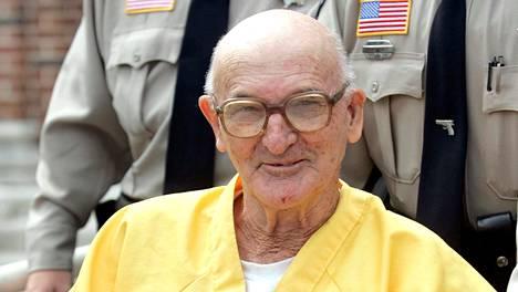 Edgar Ray Killen hymyili oikeustalon ulkopuolella Philadelphiassa 12. elokuuta 2005.