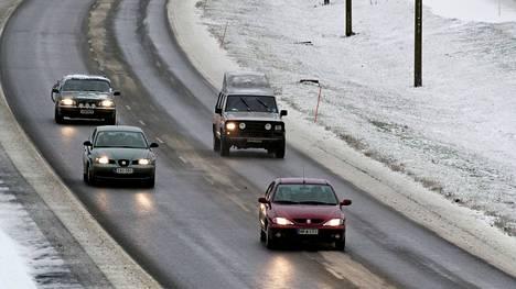 Vaikka kelit ovat juuri nyt monin paikoin plussalla, maassa on ehtinyt olla myös jäätä ja lunta.