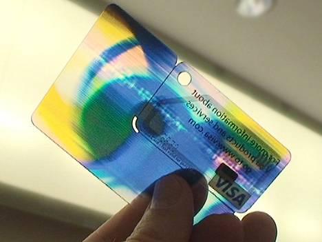 Älykortin sydämessä on pienenpieni siru ja etäkäyttöantenni, loput kortista on pelkkää tyhjää muovia.