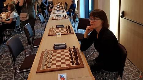 Johanna Paasikangas sanoo nauttivansa kilpailutilanteesta ja turnausten tunnelmasta. Viime vuonna hän kisasi Monacossa, jossa pelattiin naisten nopean shakin ja pikashakin EM-kisat.