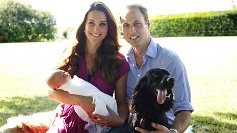 Lupo oli mukana kun perheestä otettiin ensimmäinen virallinen valokuva prinssi Georgen syntymän jälkeen.