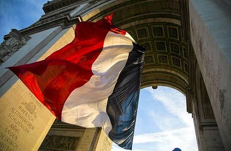 Ranskan lippu liehui Pariisin Riemukaarella ensimmäisen maailmansodan päättymisen muistopäivänä. Ensimmäinen maailmansota päättyi 95 vuotta sitten 11. marraskuuta 1918, kun Saksa solmi aselevon ympärysvaltojen kanssa. Sodan virallinen päättymishetki oli 11.11. kello 11.00.