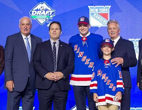 Kaapo Kakko (toinen oik.) varattiin koko NHL:n varaustilaisuuden toisena pelaajana. Hänen uusi seuransa on New York Rangers.
