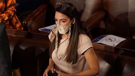 Demokraattipuolueen kongressiedustaja Alexandria Ocasio-Cortez kuvattiin edustajainhuoneen istuntosalissa kolme päivää ennen kongressin tapahtumia.
