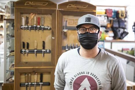 Jason Dolgov kehottaa alaikäistä tulemaan uudelleen puukko-ostoksille vanhempiensa kanssa.