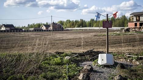Mainilan laukauksista kertoo tämä yksinkertainen muistomerkki venäläisessä Mainilon kylässä.