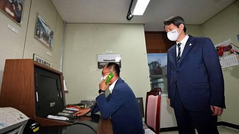 """Etelä-Korean yhdistymisministeri Lee In-youngi (oik.) seurasi Koreoiden välistä """"vihjelinjaa"""" vierailunsa aikana demilitarisoidulla alueella Panmunjomin eteläpuolella syyskuussa 2020."""