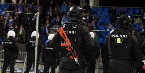 Poliiseja ja turvamiehiä on paikalla perjantai-iltana Töölön stadionilla.