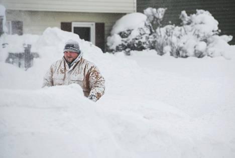 Thomas Berry putsasi jalkakäytäväänsä kahden päivän lumisateiden jälkeen.