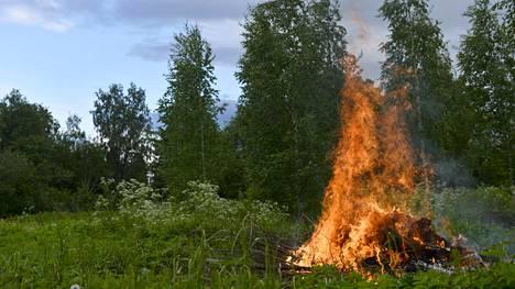 Kokkoja saa sittenkin polttaa koko maassa – Ahvenanmaakin pääsi pannasta