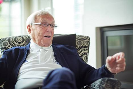 Urheiluvaikuttaja Kalevi Tuominen nukkui pois 92 vuoden ikäisenä tammikuussa 2020. Kuvassa Tuominen kotonaan Munkkiniemessä 2017.