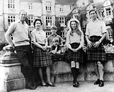 Prinssi Philip, kuningatar Elisabet ja parin lapset prinssi Edward, prinssi Andrew, prinsessa Anne ja prinssi Charles vuonna 1972 Balmoralin linnalla.