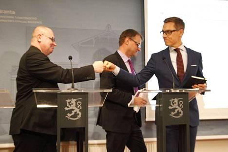 Maaliskuussa 2016 hallitus oli sorvannut kikyä, ja ministerit tekivät Alexander Stubbin aloitteesta nyrkkitervehdyksen. Kirjassaan Jari Lindström kertoi, että hän vastasi tervehdykseen ja tiedotustilaisuuden anti meni täysin poskelleen.