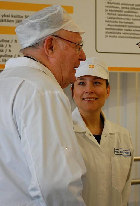 Olvin osakkeenomistaja Ingvar Kamprad vieraili aika ajoin Olvin Iisalmen-panimossa. Kuva on marraskuulta 2007. Kampradin kanssa kuvassa on yrityksen hankinta- ja vastuullisuusjohtaja Pia Hortling.