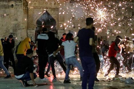 Al-Aqsan yhteenotto äityi väkivaltaiseksi 7. toukokuuta. Palestiinalaiset pitivät Israelin joukkojen tunkeutumista alueelle häpäisynä.