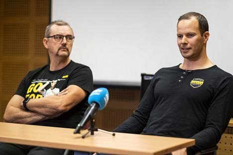Keihäänheittäjä Tero Pitkämäki (oik.) ja valmentaja Hannu Kangas tiedotustilaisuudessa, jossa keihäslegenda ilmoitti Kuortaneella 14. lokakuuta 2019 lopettavansa menestyksekkään uransa.