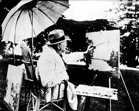 Churchill rentoutui maalaten.