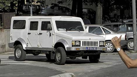 Mladic kuljetettiin autosaattueessa lentokentälle.