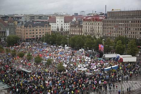Arviolta 30 000 osoitti mieltään hallituksen toimia vastaan Rautatientorilla.